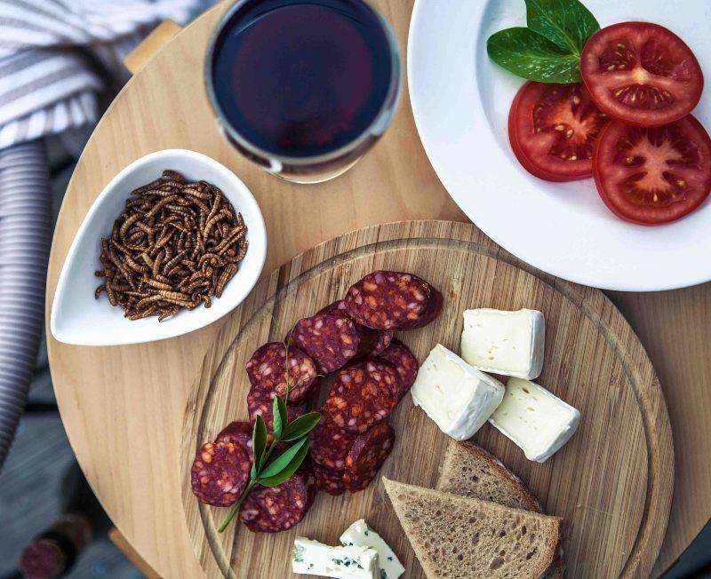 Moučný červ nebo hovězí steak? Kdo má více proteinů a tuků?